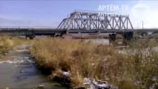 Поток воды из трубы на реке Артемовка
