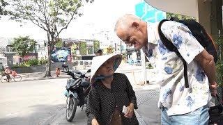 Cụ bà bán vé số nói tiếng Anh ở phố Sài Gòn