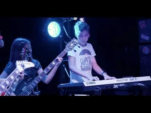 Slash da una sorpresa a unos niños que tocaban en una escuela de rock