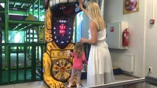 Mama Dovela dijete u igraonu pa pokazala kako se udara (video)