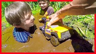 TOW TRUCKS STUCK IN THE MUD! - Axel Show Toy Trucks