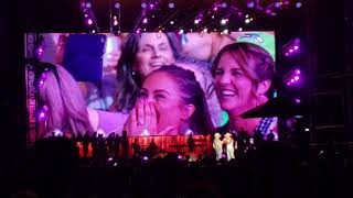 Brad Paisley uses fan's cell phone to call her husband during concert