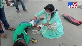 Watch: MLA Vundavalli Sridevi helps giving first aid to a ..