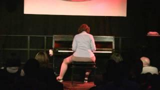 Frau Scholten am Klavier