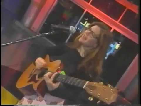 Lisa Loeb Performs