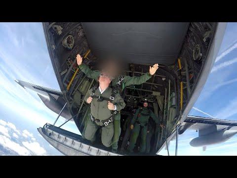 Spectaculair: Commissaris van de Koning Wim van de Donk springt uit vliegtuig