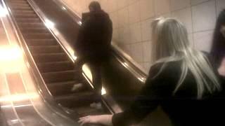 (VIDEO) VEČITA BORBA: Pokretne stepenice, najveći čovekov neprijatelj
