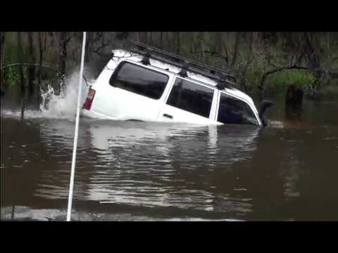 Како Австралијанец поминува длабока река со 4×4 Toyota Land Cruiser?