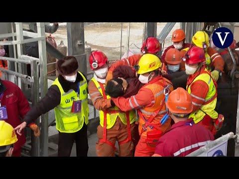 Rescatan a 11 de los 22 mineros atrapados en una mina de oro en China