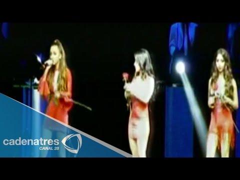 Marco Antonio Solís presenta a su hijas durante su concierto en el Nokia