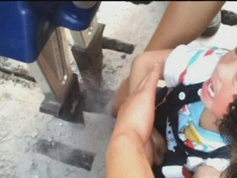 طفل صيني يعلق فى فتحه صرف
