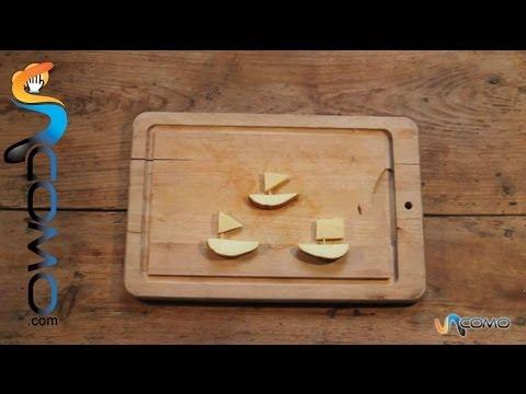 Aperitivos en forma de barquito, hechos con queso y manzana