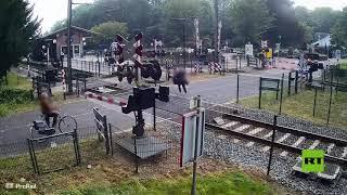 فتاة-تنجو-بأعجوبة-من-حادث-دهس-قطار-سريع-في-هولندا