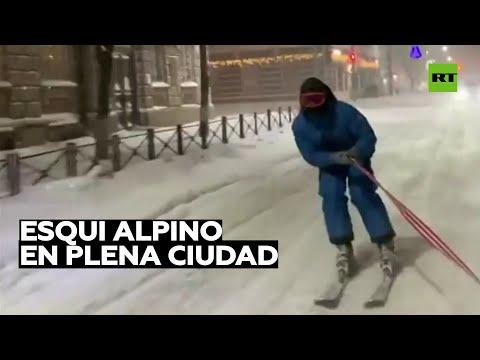 Recorre la ciudad en esquíes a alta velocidad arrastrado por un coche