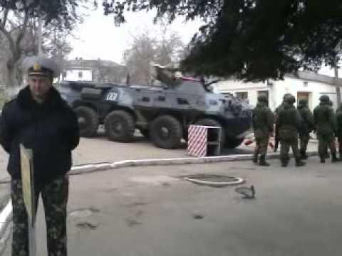 Российский спецназ покидает территорию воинской части (Севастополь)