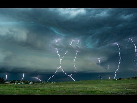 Vamos a disfrutar de un espectáculo de rayos en la zona americana denominada Tornado Haley, el paraíso de los amantes de emociones meteorológicas fuertes.  Vamos con dos vídeos de Pecos Hank para empacharnos de rayos y nubes espectaculares. Más que recomendable verlos a pantalla completa.