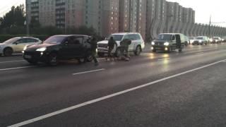 Glumili mangupe na cesti i tukli biciklistu: Ruski specijalci stigli su za 10 sekundi (VIDEO)
