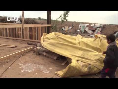 غزة: المهندس الشراتحة.. يبني بيوتًا خشبية للأسر المقيمة في العراء وسط غضب إزاء تأخر الإعمار