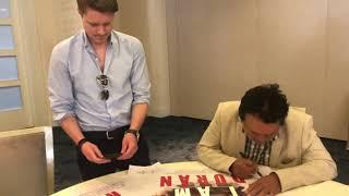 Duran signs poster for sugar ray Leonard