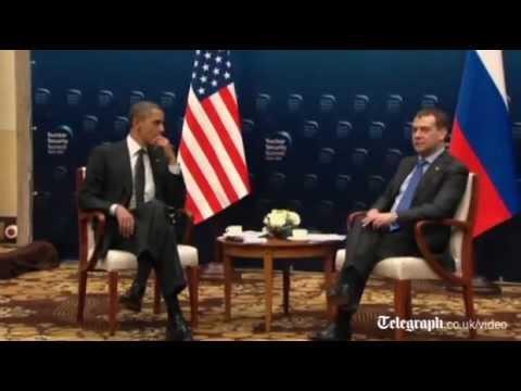 Obama šapuće Medvedevu a mikrofon uključen ?!