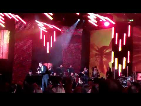 Victor Manuelle le canta a Shakira en los Latin Grammys 2011