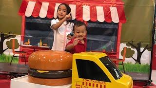 Kenzo mainan Kereta Api Gratisan di Mall | Zara memancing Mobil Mobilan