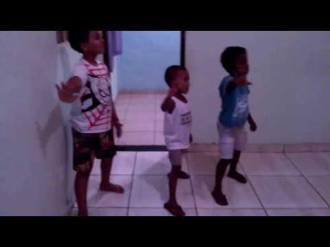 Baixar Arthur, Bernardo e Caick dançando Ziguiridum