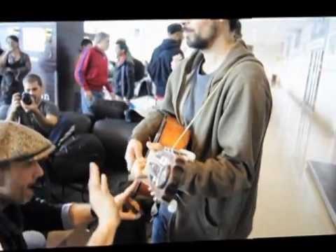 Músicos de Manu Chao y Calle 13 improvisando en el aeropuerto