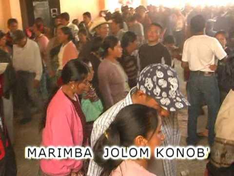 Marimba Jolom konob' Rio Azul tocando en la fiesta
