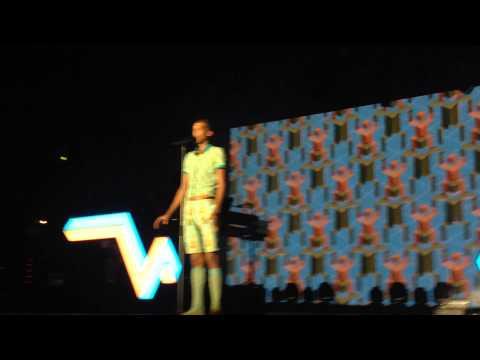 Baixar Stromae - Omar Sy chantent Papaoutai Arène de Nîmes 24 juillet 2014 Racine Carrée