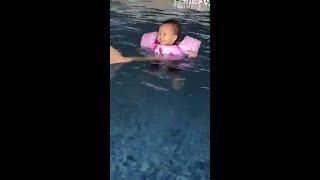 Bé Bồ Câu con gái Phan Như Thảo thích chí được bố tập bơi ngày nắng nóng