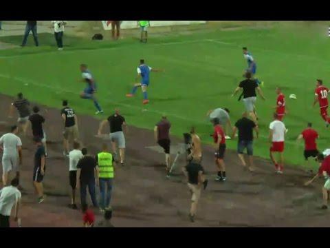 شاهد.. جماهير تقتحم أرض الملعب للفتك بلاعب إسرائيلي
