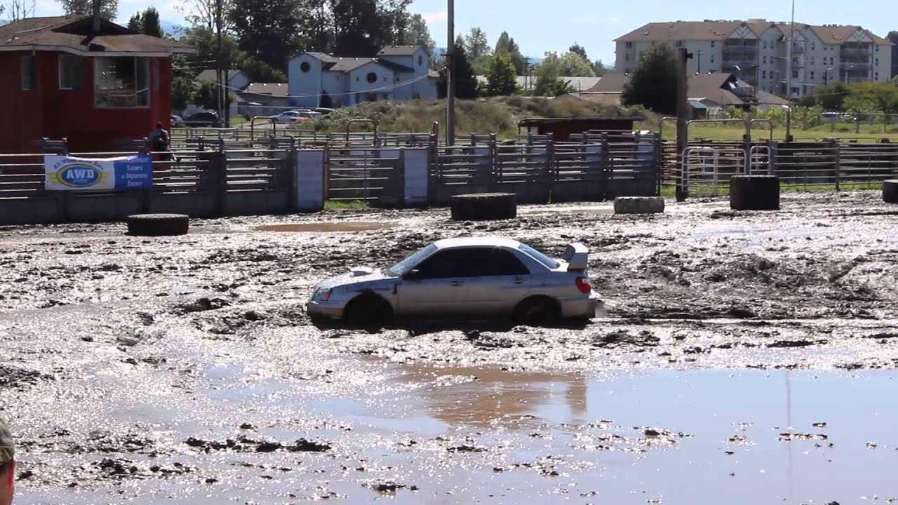 Subaru Impreza WRX STI dans un bac à boue