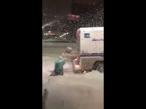 'Frozen' rescata camioneta de la nieve
