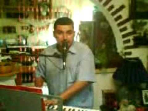 El charly exvocalista de los Siete Latinos tocando y cantando.3GP