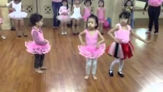 Thỏ bún 3 tuổi đi học múa