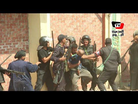 شاهد.. قوات الأمن المصرية تعتدي بالضرب على سيدة وطفل لإجبارهم على إخلاء منزلهم