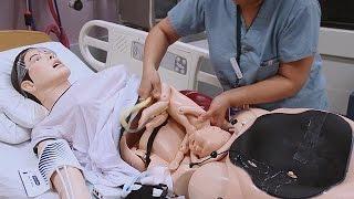 """بالفيديو.. مستشفى كندى يستعين بدمية """"حامل"""" لتدريب الممرضات على التوليد"""