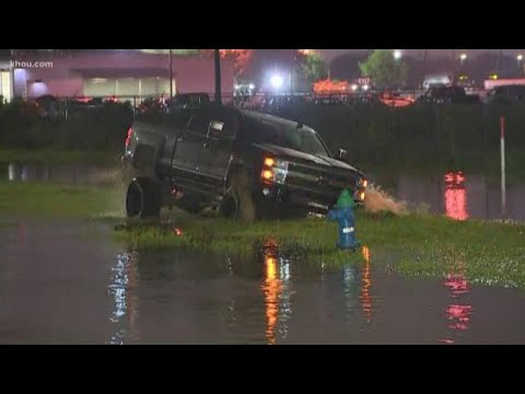 Man in lifted truck gets stuck while driving in high water along Houston roads