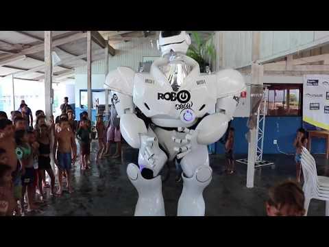 Robô Show dança para as criança na AABB Ji-Paraná, em dia de lazer promovido pela ONG CCJ