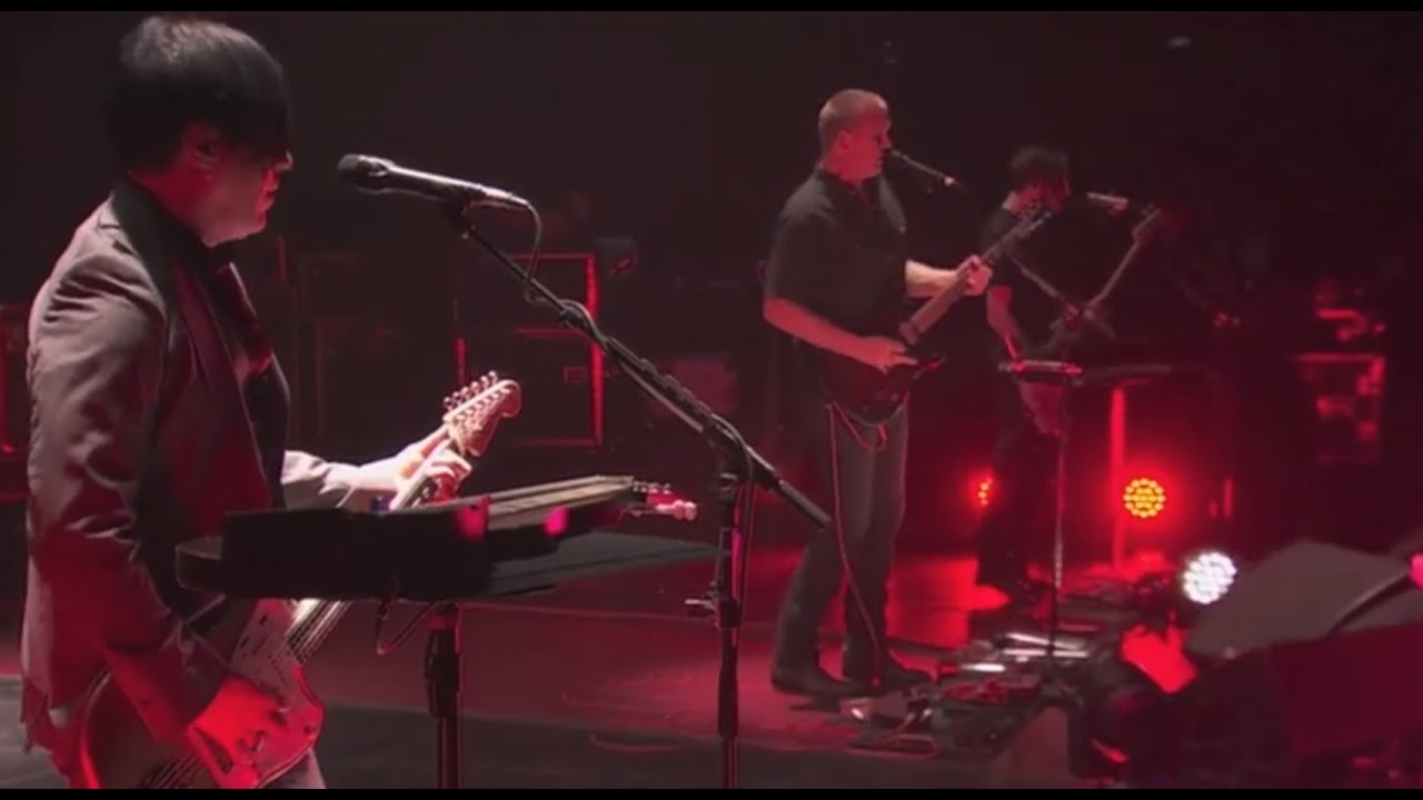 Queens of the Stone Age - I Sat By The Ocean - Live - YouTube