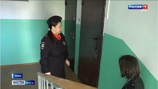 Жительница Омска, которая пыталась спуститься вместе с ребёнком с 4 этажа, сбежала из больницы