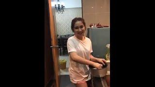 Hòa Minzy trổ tài nấu ăn