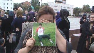Женщины вышли на площадь Махачкалы с портретами пропавших сыновей и братьев