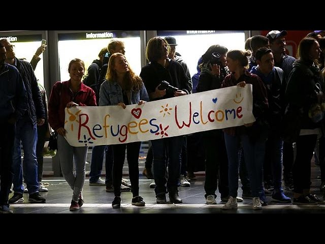 Жители Мюнхена встретили беженцев аплодисментами
