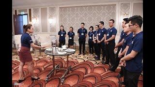 Nhân viên khách sạn 5, 6 sao học cách phục vụ chiêu đãi APEC-Tin Tức 24h