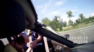 Сотрудники ГИБДД Черногорска избивают водителя