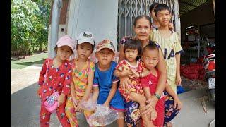 7 đứa trẻ theo bà ngoại lột tỏi kiếm cơm, chỉ mong no bụng chứ không dám mơ đến thịt cá