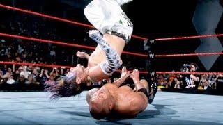 Jeff Hardy usa el People´s Elbow sobre The Rock