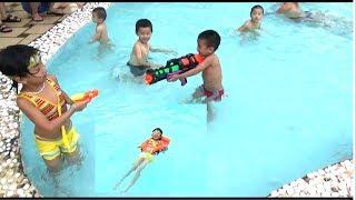 Bé Đi Tắm Bể Bơi - Bé Chơi Bắn Súng Nước Ở Bể Bơi Cực Vui. Baby channel
